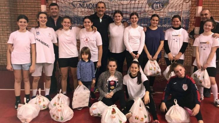 Handbal | Moșul le-a oferit cadouri fetelor de la Atletik Satu Mare
